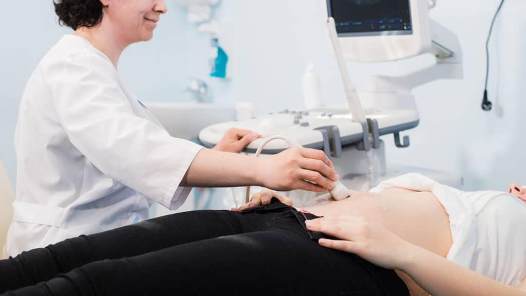 doctora realizando ultrasonido después del uso de Cytotec Misoprostol